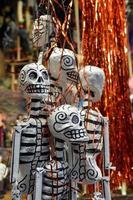 accrocher des squelettes sur le marché mexicain photo
