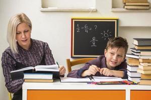 le tuteur enseigne à un écolier avant les examens. photo
