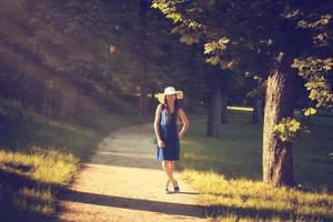 jolie jeune femme adulte en robe bleue en plein air photo