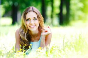 jeune femme, dans, robe bleue, coucher herbe