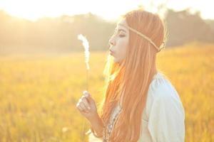 hippie, femme, souffler, fleur