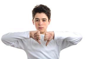 n'aime pas le geste d'un adolescent hispanique à la peau lisse photo