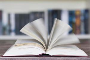 livre ouvert devant la bibliothèque
