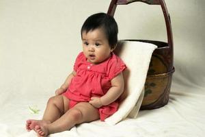 siège bébé fille ici prêt pour prendre un bain photo