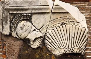 décorations romaines anciennes casque ostia antica rome italie photo