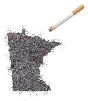 cendre en forme de minnesota et une cigarette. (série) photo