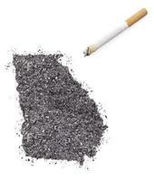 cendre en forme de géorgie et une cigarette. (série) photo