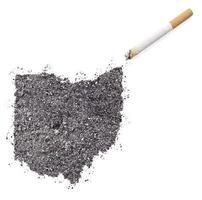 cendre en forme de ohio et une cigarette. (série) photo