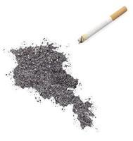 cendre en forme d'Arménie et une cigarette. (série) photo