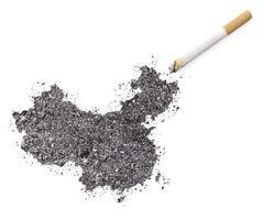 cendre en forme de porcelaine et d'une cigarette. (série) photo