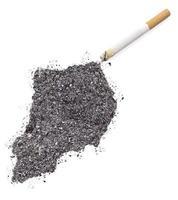 cendre en forme d'Ouganda et une cigarette. (série) photo