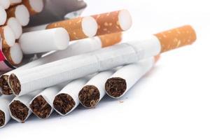 gros plan d'un tas de cigarettes photo
