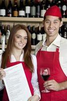 serveur heureux au travail