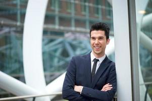 homme d'affaires heureux, souriant à l'extérieur photo