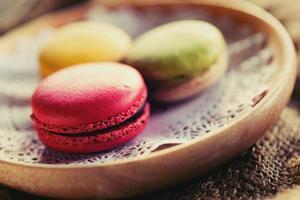 dessert macaron servi avec du café comme collation l'après-midi. photo