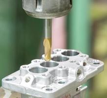opérateur d'usinage de pièces automobiles par centre d'usinage