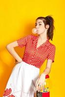 jeune femme soufflant bubble-gum photo