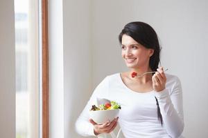 femme, séance, chaise, manger, bol, frais, fruit photo