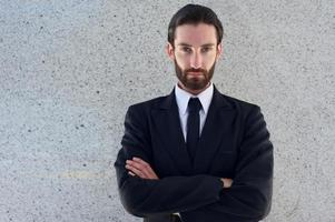 beau jeune homme en costume noir photo