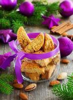 biscuits biscotti italien sur la table du nouvel an. photo