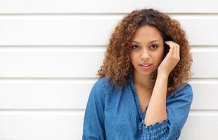 jolie femme regardant la caméra avec la main dans les cheveux photo