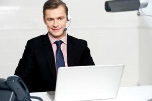 exécutif du centre d'appels posant avec des casques photo