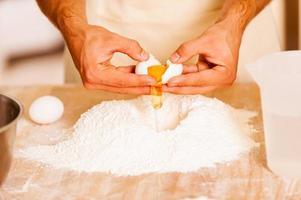 préparer la pâte pour la pâtisserie. photo