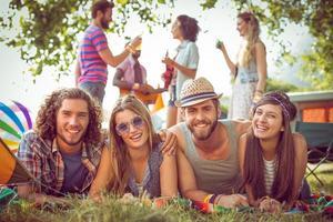 hipsters heureux souriant à la caméra