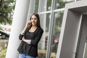 jeune femme, parler téléphone, devant, bureau photo