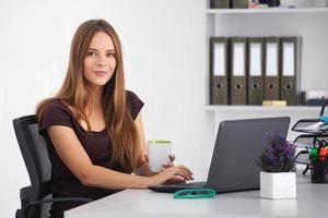 portrait de jeune femme d'affaires travaillant à son bureau. photo