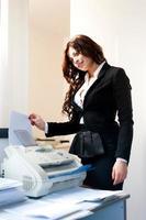 jeune, femme affaires, envoi fax, dans, bureau, fond photo