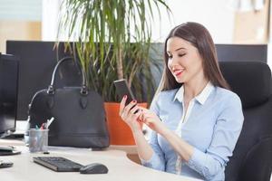 jeune, femme affaires, utilisation, téléphone photo