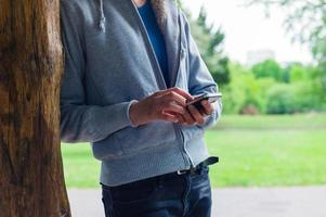 femme à l'aide de son smartphone dans le parc