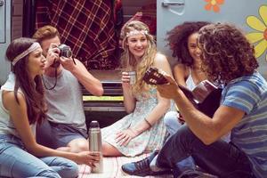 amis hipster en camping-car au festival