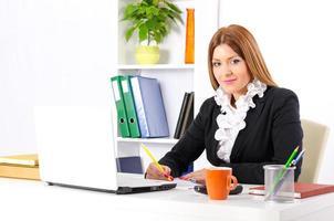 jeune et jolie femme d'affaires travaillant photo