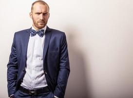 élégant jeune bel homme en costume bleu foncé. photo