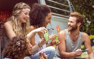 hipsters soufflant des bulles dans un camping-car photo