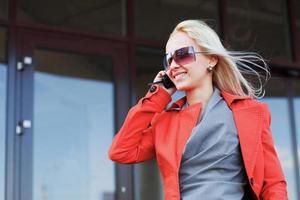 jeune femme, appeler téléphone, contre, bureau, fenêtres photo