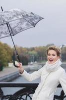 fille heureuse avec parapluie photo
