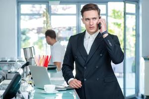 conversation avec le client. homme d'affaires confiant et prospère photo