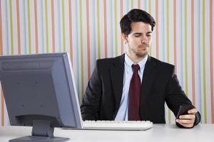 homme d'affaires au bureau travaillant photo