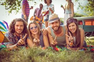 couples heureux hipster sur camping