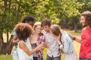 amis heureux dans le parc prenant selfie photo