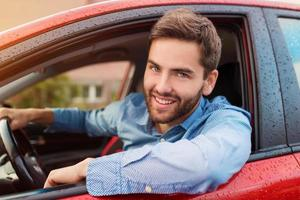 homme au volant d'une voiture photo