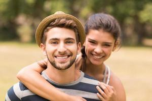 joli couple dans le parc photo