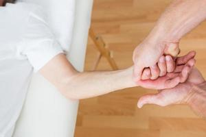 physiothérapeute faisant massage des mains photo