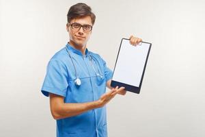 médecin montrant le presse-papiers sur fond blanc photo