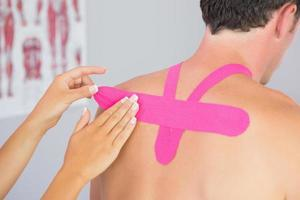 physiothérapeute, mettre, rose, kinesio, bande, mâle, patients, dos photo