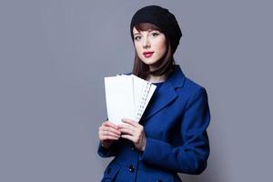 femmes en robe bleue avec enveloppes photo