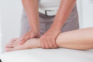 physiothérapeute faisant le massage des mollets photo
